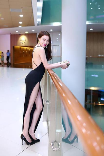 Trà Ngọc Hằng thể hiện sự táo bạo của mình với mẫu trang phục xẻ chân váy mạnh tay.