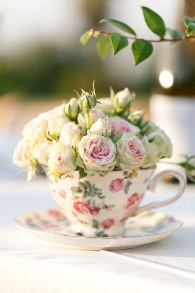 Flores en una taza decoración de una boda