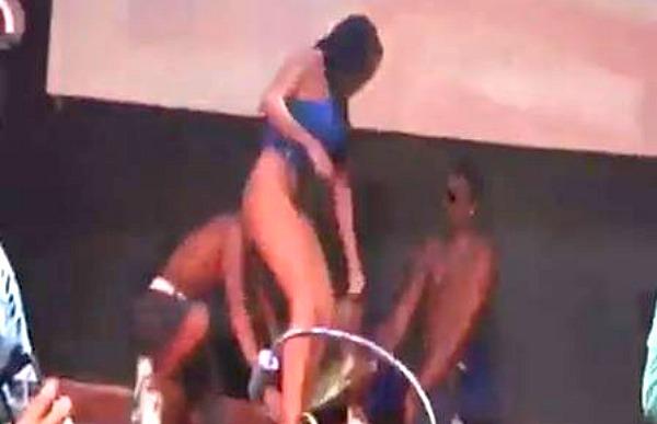 Garota Fica Nua Em Palco De Baile Funk E Gera Pol Mica