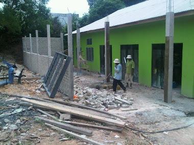 14 Okt 2010 - dinding di sebelah dewan sedang dibina