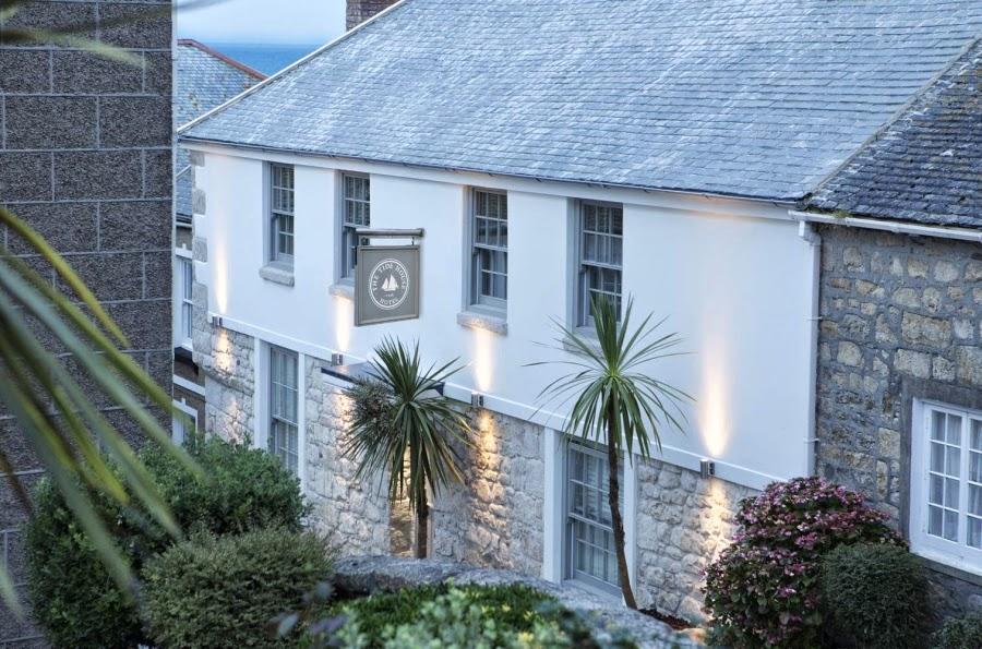 hotel, wnętrza, wystrój wnętrz, styl klasyczny, kamienna ściana, białe wnętrza