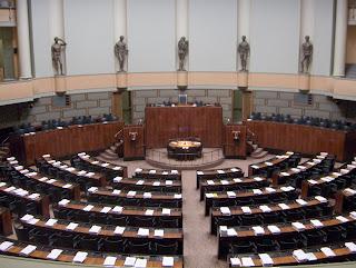 Tyhjä istuntosali (Wikimedia Commons)