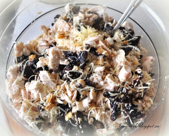 Салат с копченой курицей и черносливом с