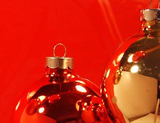 El rojo de la navidad en los adornos