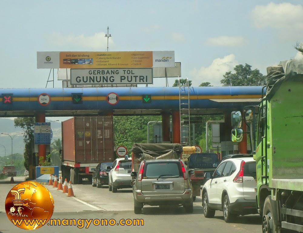 Foto : Gerbang toll Gunung Putri, Bogor.