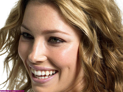 Jessica Biel cute smile wallpaper