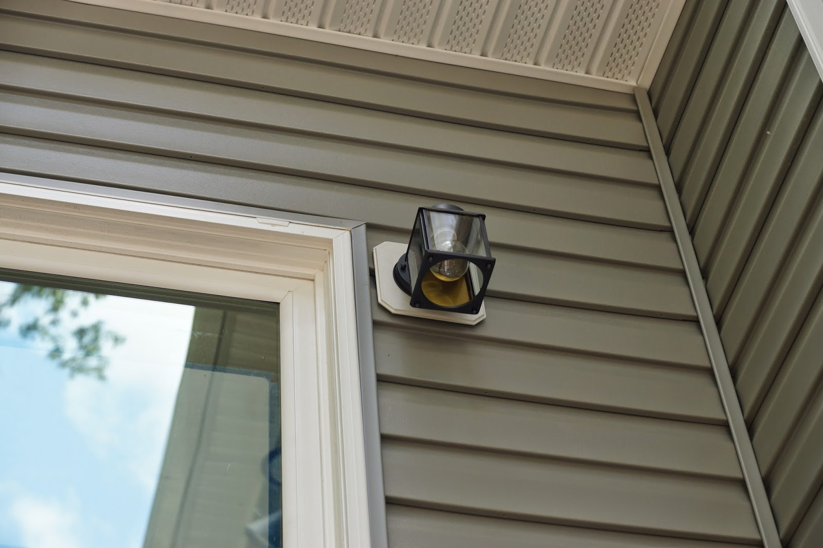 A picture of the backdoor light fixture