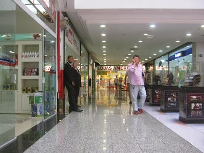 A circulação de um Shopping é livre da sujeira e dos carros, tem acabamento uniforme e é livre de obstáculos. A presença de vigilantes bem vestidos transmite confiança aos transeuntes. A qualidade espacial é superior à vista nos locais públicos.