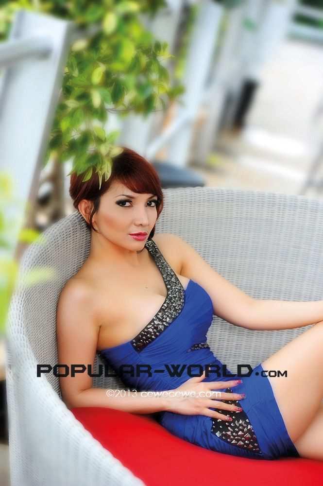 ... Roro Fitri berpose seksi di Majalah Popular 2013. Simak fotonya di