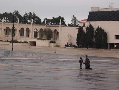 Peregrinos llegando al Santuario Fátima