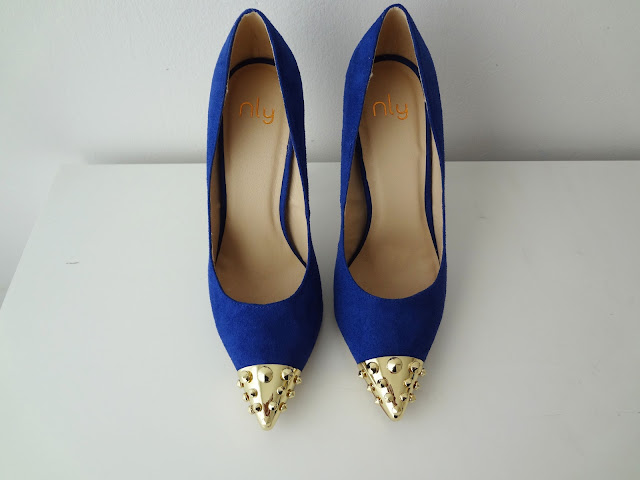 Nelly Spike blue and gold Callie pumps