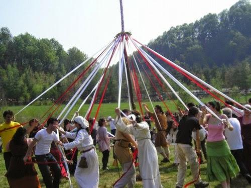 Rito del palo di maggio durante la festa celtica di Beltane