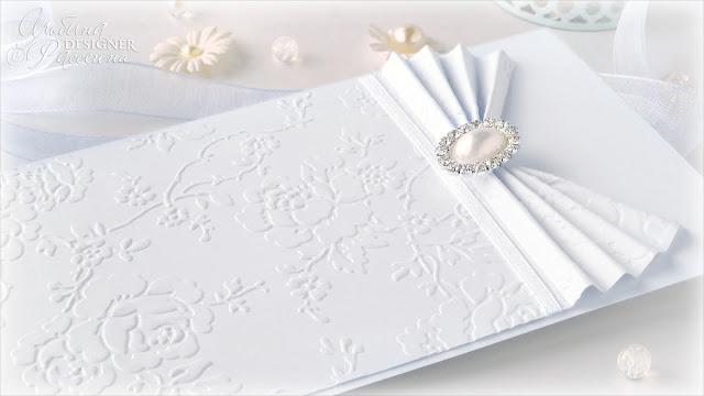 Белые нежные приглашения на свадьбу ручной работы.