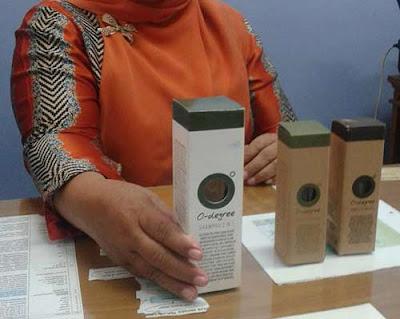 PERAWATAN : Sri Mulyati menunjukkan produk kecantikan dari lidah buaya yang baik untuk kecantikan, khususnya wanita. FOTO : MARSITA/PONTIANAKPOST