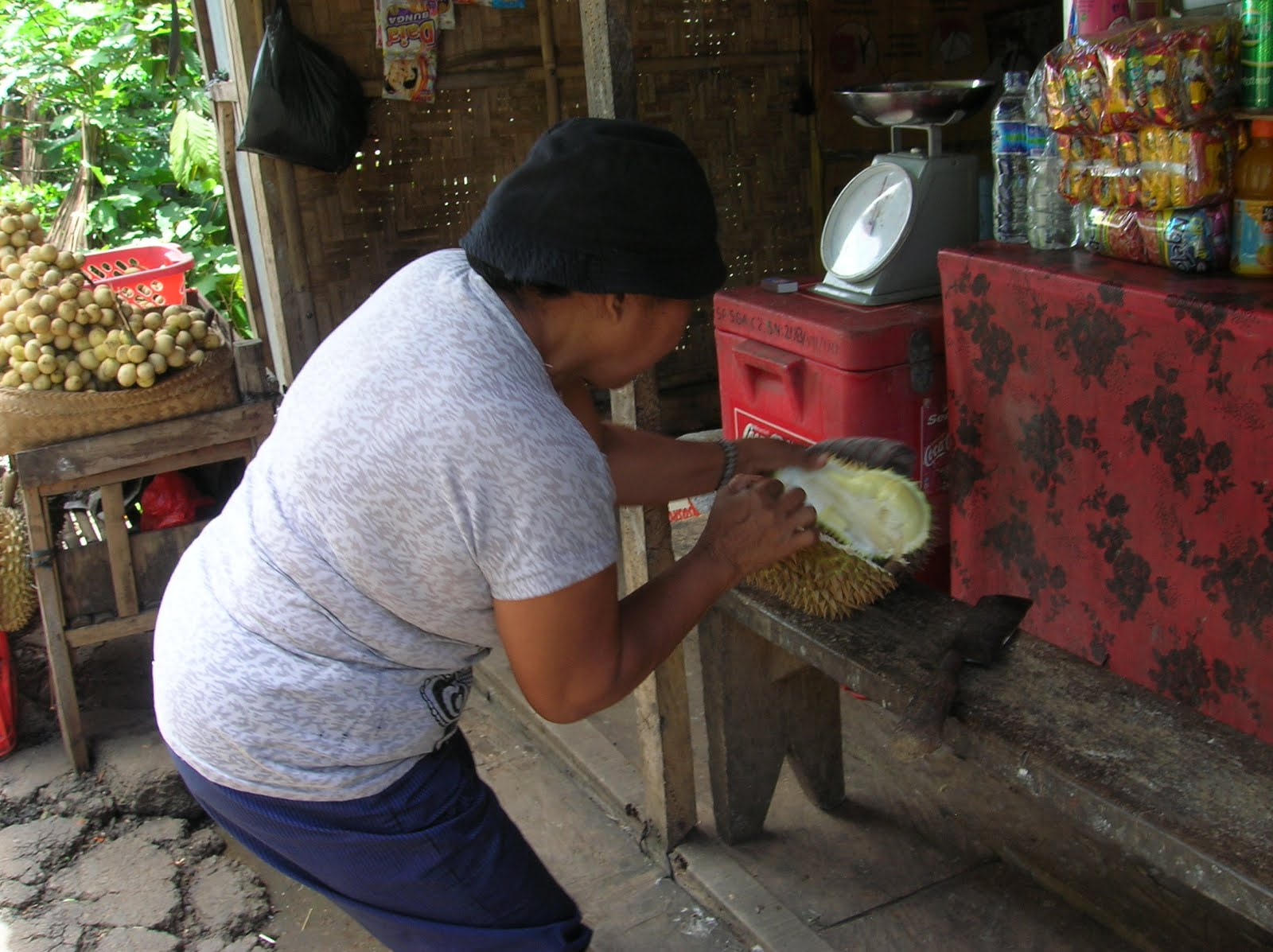 Abriendo un durián, Isla de Bali,Indonesia, vuelta al mundo, round the world, La vuelta al mundo de Asun y Ricardo