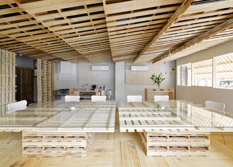 Desain Renovasi Interior Kantor Dengan Kayu Peti Kemas Bekas 1000