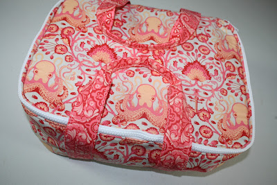 Free Casserole Cover Pattern http://freespiritfabric.blogspot.com/2012/11/12-weeks-of-christmas-week-9.html
