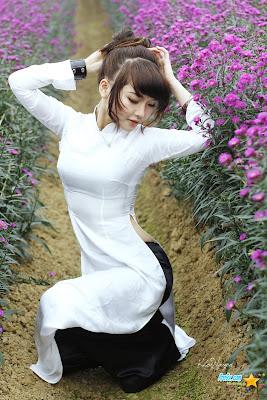 Modelo Vietnamita con traje tradicional
