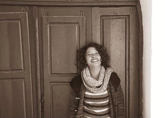 L'activiste Afra Ben Azza, arrêtée hier par les autorités sécuritaires pour atteinte aux agents de l'ordre, a été convoquée à comparaître, ce jeudi, 17 décembre 2015, devant le juge des enfants étant donné qu'elle est âgée de 17 ans, rapporte Jawhara fm.