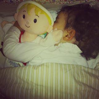 Niña duerme con su Jesusito de MI vida. CC No sólo comen y duermen