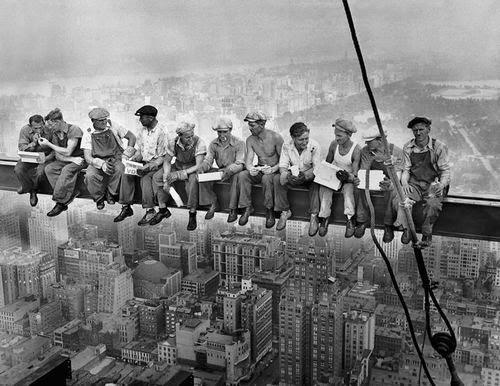 Almorzando en lo alto de un rascacielos (1932)