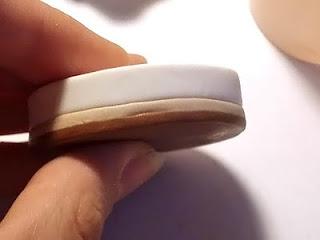 Вырезаем блинчики такого же диаметра бежевого и белого цветов