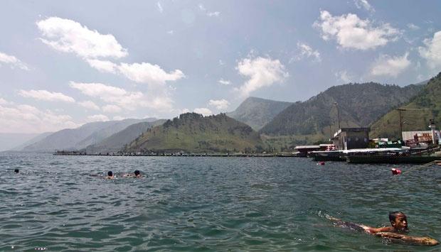 FDT 2015: Danau Toba Diproyeksikan Jadi Destinasi Unggulan Dunia  - Suasana aktivitas warga ditepian danau toba di Desa Tongging, Karo, Sumut, Sabtu (25/01)