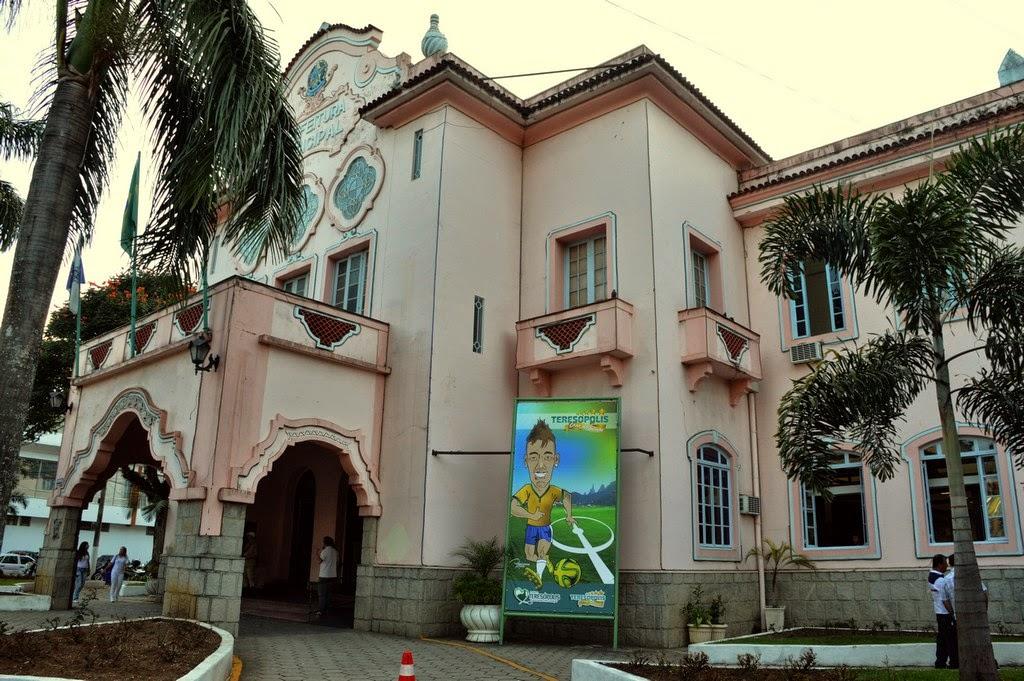A ornamentação começou pela fachada do prédio da Prefeitura, onde já estão instalados dois banners com a imagem do rei Pelé e de Neymar