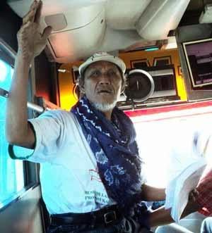 Baca Puisi Dalam Bus