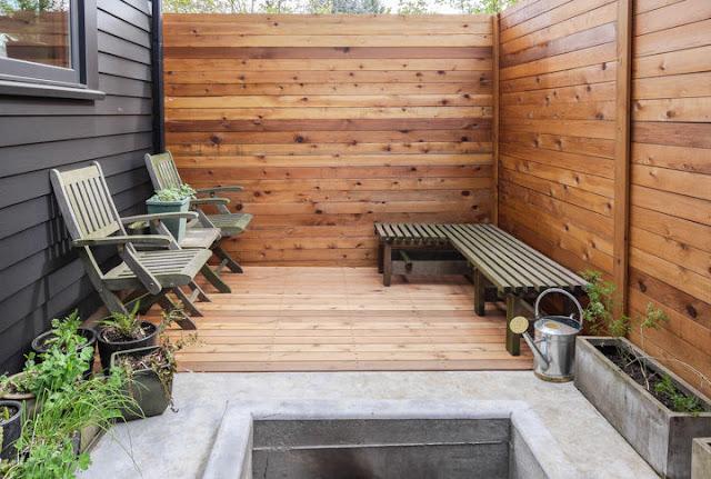 Holzhaus mit Zaun – moderne Bauweise für Haus und Garten