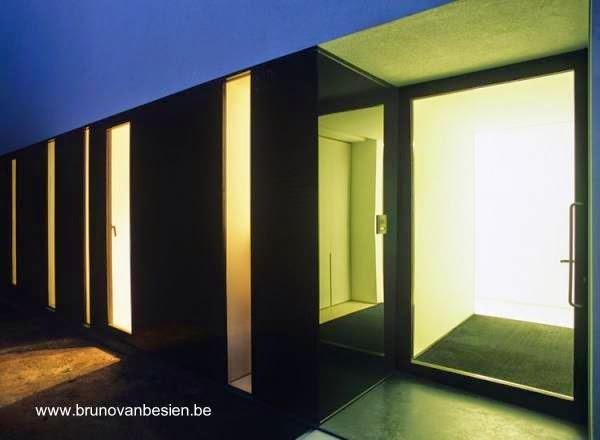 Vista de un lado libre de la estructura con puerta de entrada