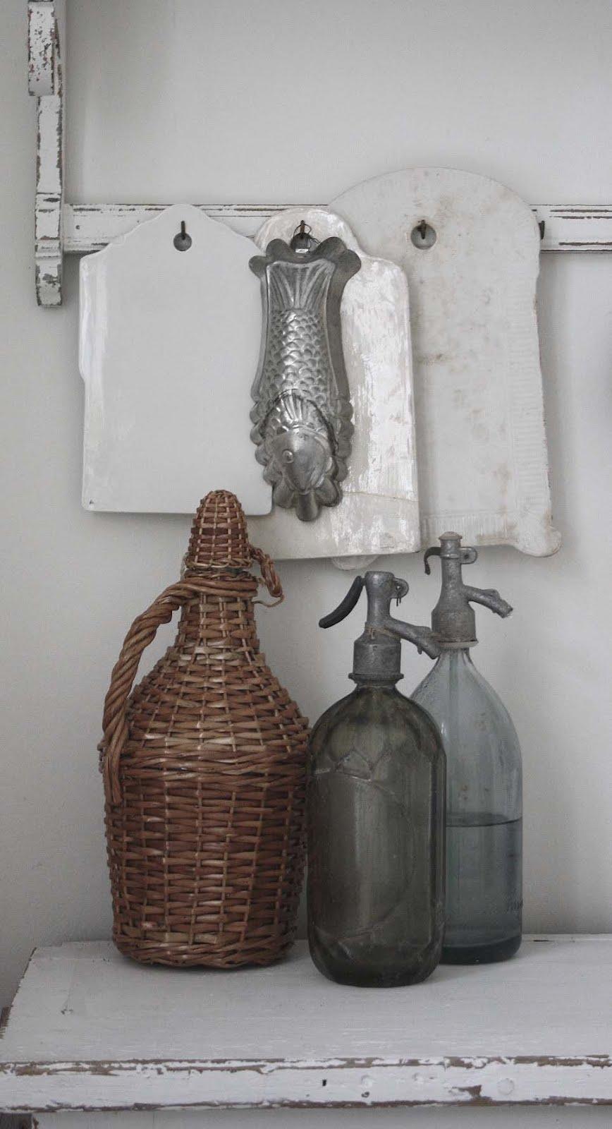 Moderna Koksmobler : vita koksmobler  Flaskan klodd i korg or ett loppisfynd fron