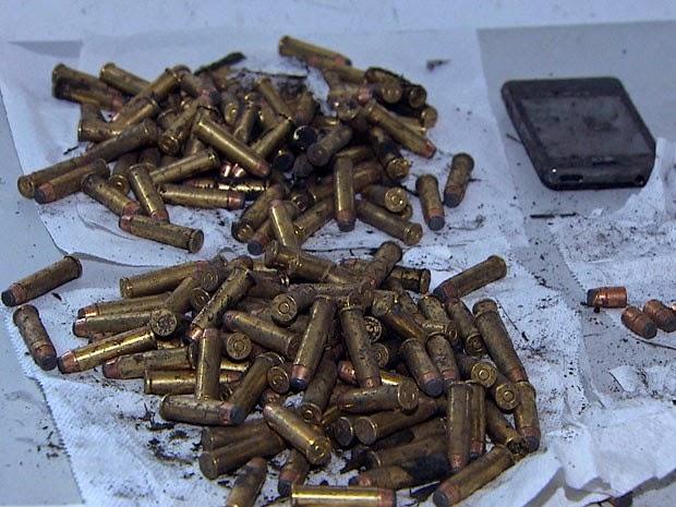 Cerca de 172 munições também foram encontradas dentro do carro (Foto: Reprodução/TV Bahia)
