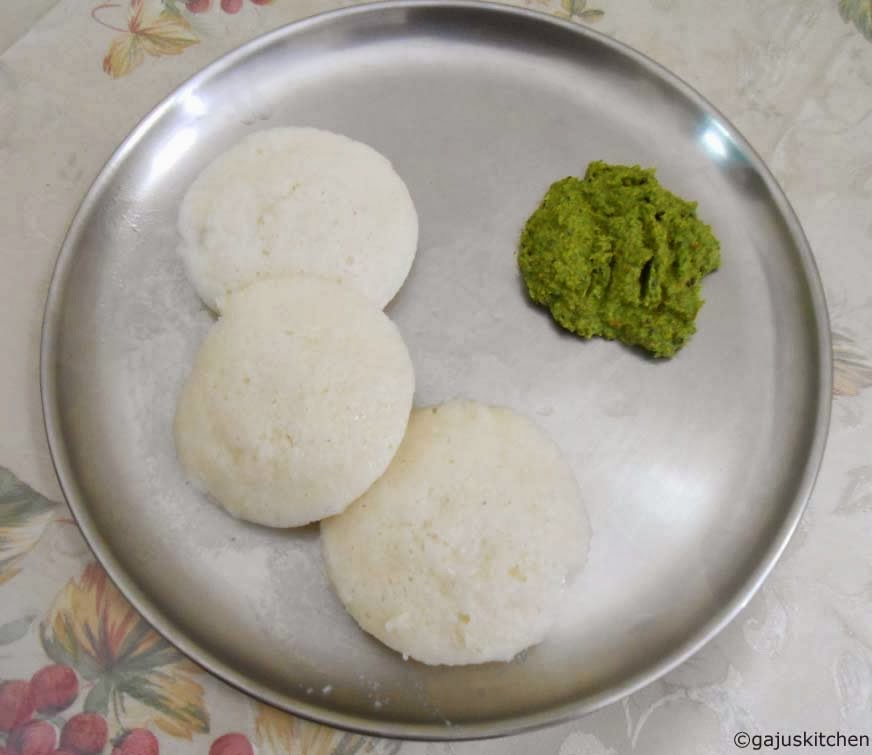 Idli served with Pudhina Kothamalli Thogayal