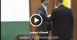 مصور يحاول أن يعتدى على صدام حسين وعندما وقف أمامه تحدث المفاجأة