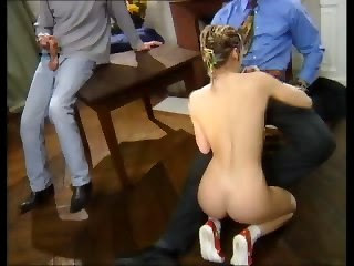 Пьяную украинку Юлю ебут два хохла в костюмах
