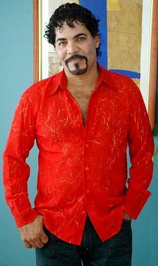 Foto de Willie González con camisa roja