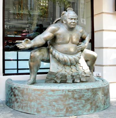 Фото Укринформ: памятник сумоисту