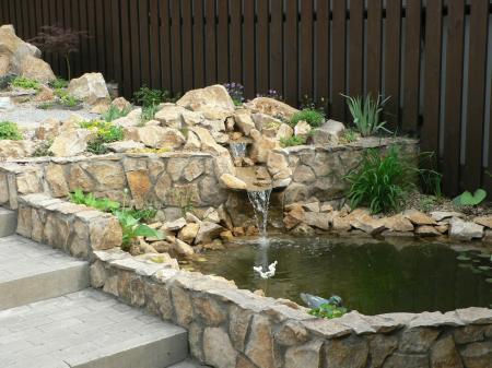 otra idea para decorar un jardn con piedras es hacer muros de piedras de mampostera para este propsito use piedras de ro with piedras de rio para jardin