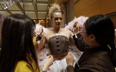 Pertunjukan pakaian diperbuat daripada coklat