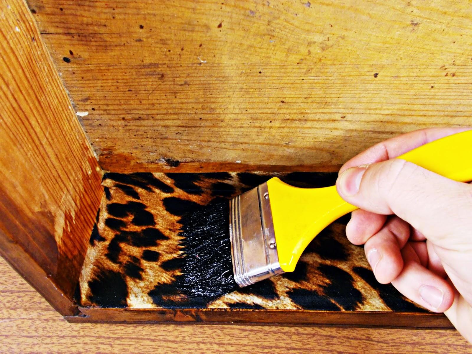 DIY-decoración-cómoda-mueble-restaurar-forrar-cajones-tela-leopardo-9