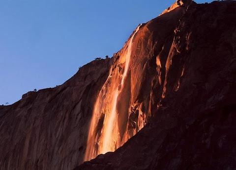 Pemandangan Air Terjun Seperti Lahar Vulkanik