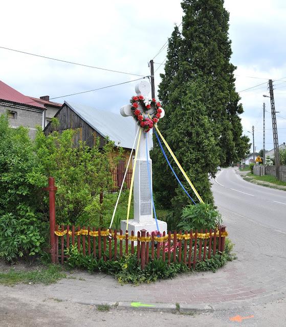 Rogów, ul. Gwardii Ludowej. Kamienny krzyż z 1864 r. Foto. KW.