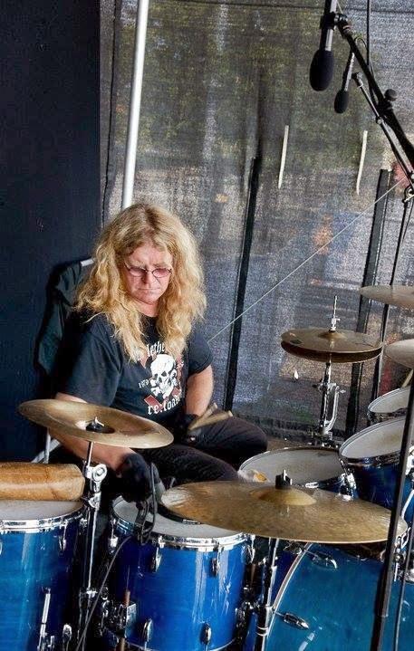 Hempo Hildén spelar trummor