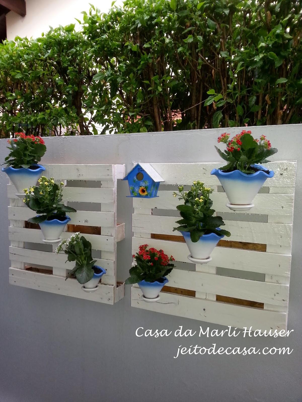 muro decorado com vasos e flores