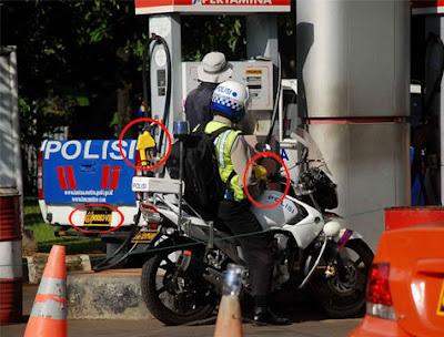 http://www.opoae.com/2013/03/foto-polisi-yang-melanggar-aturan.html