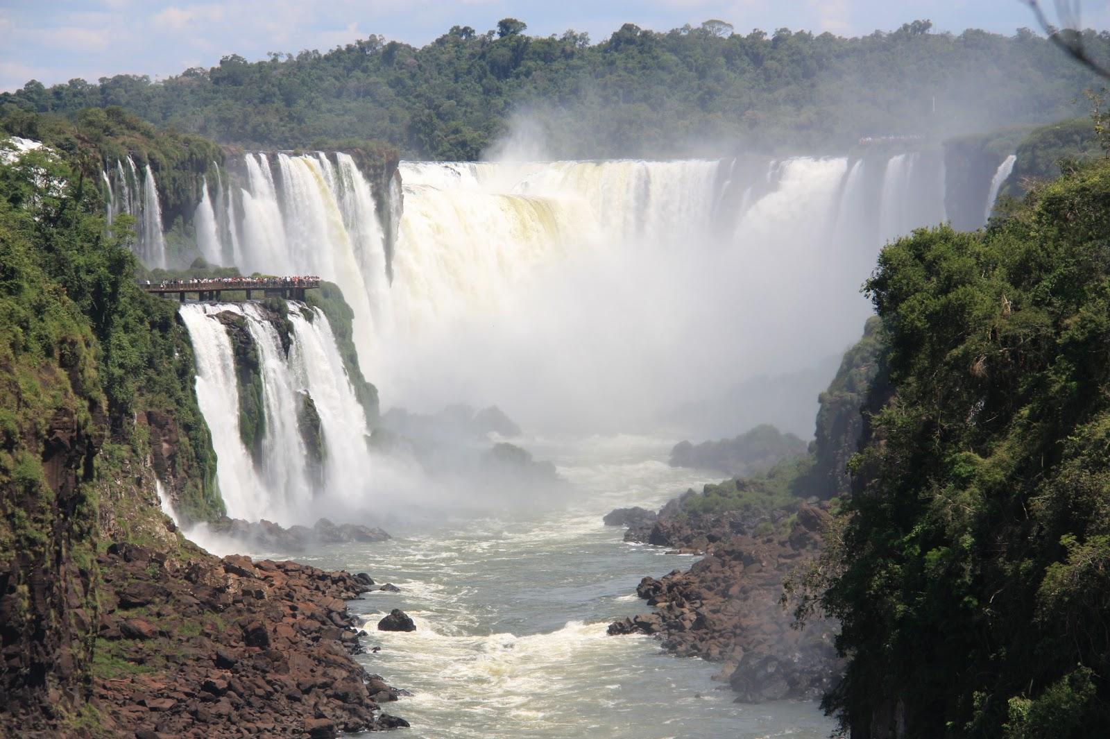 Garganta del Diablo, a la izquierda el lado Brasilño, a la derecha, el Argentino.