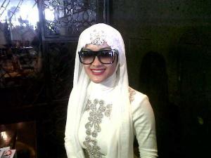 Artis Seksi Memakai Jilbab Setelah Umroh