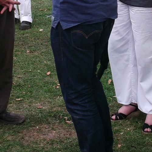 Örök divat - az örök Levis farmernadrág - Kossuth Lajos szobra előtt a füvön