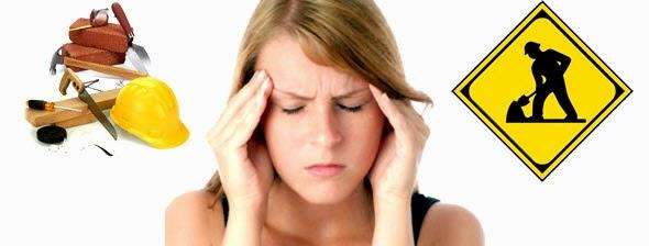 Mulher loira com dor de cabeça com ideia de reforma